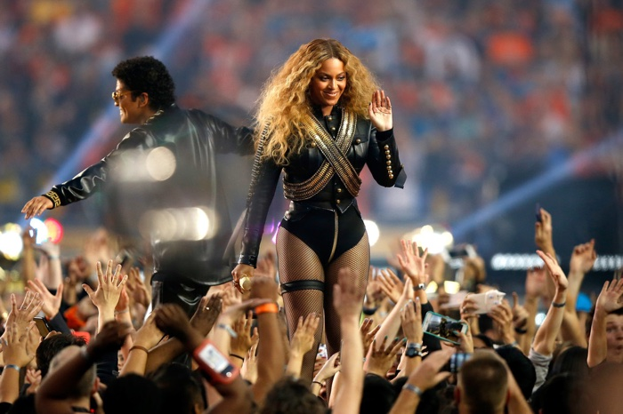 Beyonce-Super-Bowl-2016-Black-Leather-DSquared2-Outfit