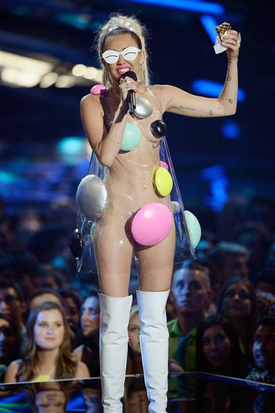 vma-miley-cyrus-host-150830-02_832820d5d656f0bcd7790dbc2ffe064e.today-inline-large