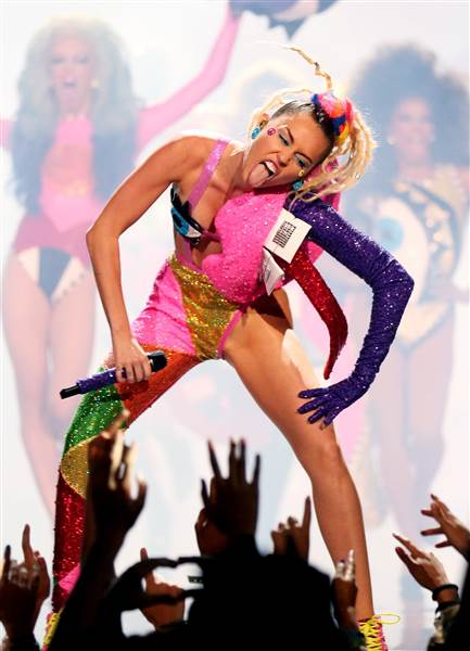 vma-miley-last-song-150830-01_64227b19739a62d7c3bf232569591a30.today-inline-large