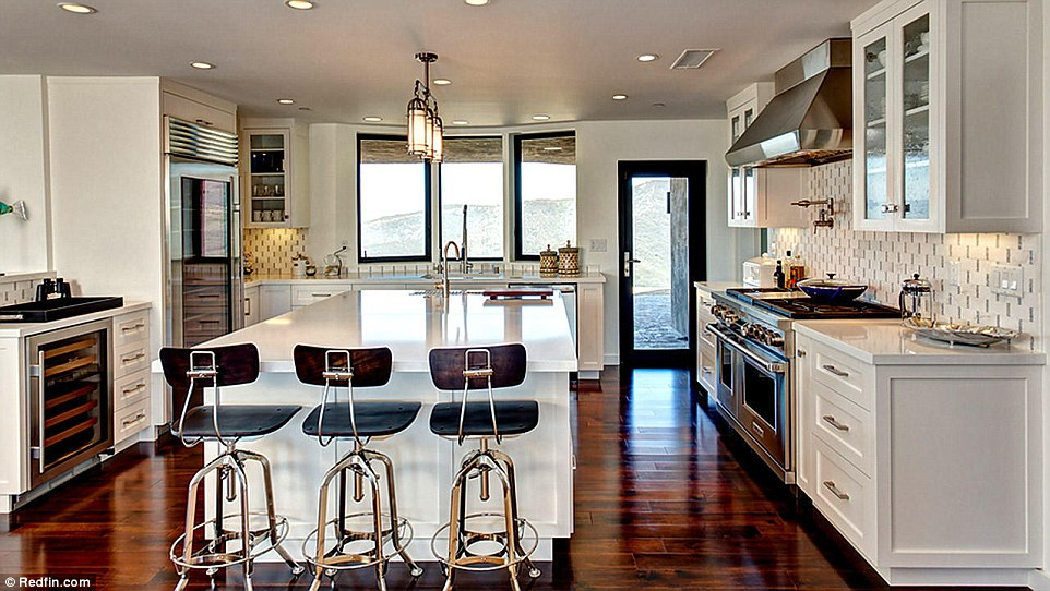 295A61E100000578-3111196-Well_appointed_The_kitchen_boasts_a_breakfast_bar-a-47_1433438418015