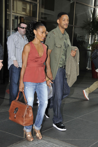 radiant+looking+Jada+Pinkett+Smith+holding+uJbHftOSIFnl