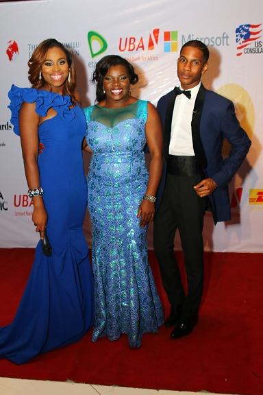 Mfon Ekpo with red carpet hosts, Zina Anumudu & Denola Grey (384x576)