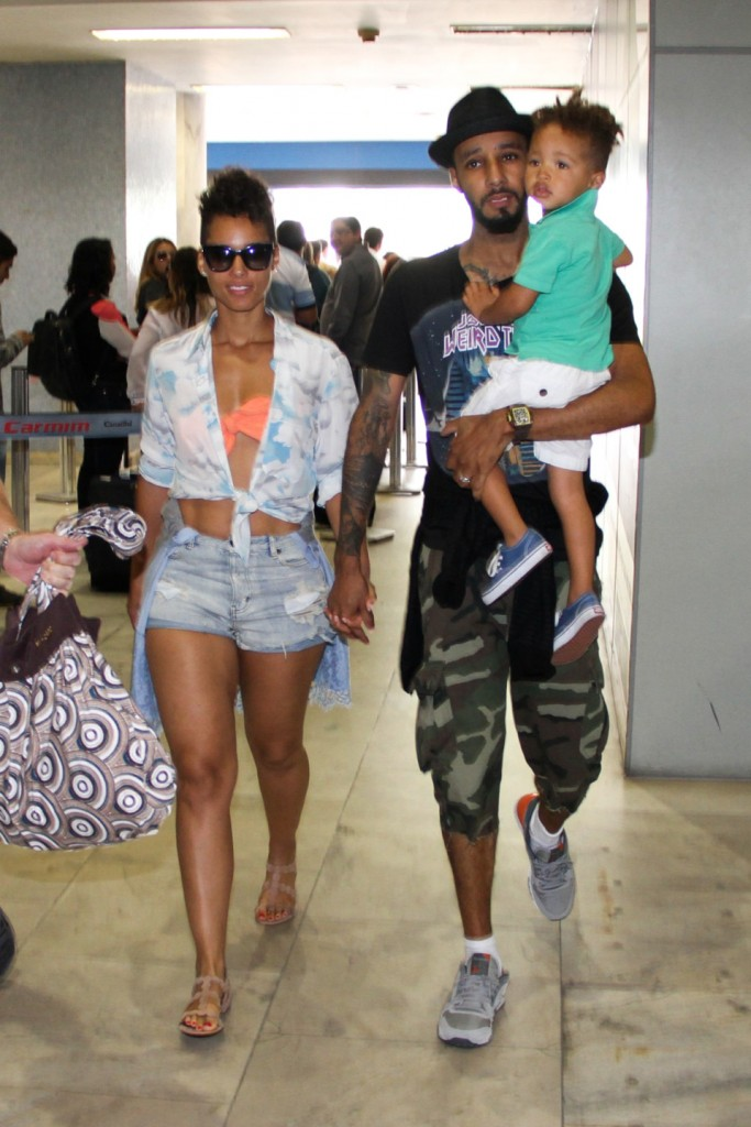 Rio de Janeiro, Brazil - Alicia Keys is all smiles as she makes her way thru Santos Dumont Airport in Rio de Janeiro, Brazil, with her husband Swizz Beatz and their little boy Egypt. The singer/songwriter is in town to perform at Rock in Rio Festival next Friday, September 13. AKM-GSI September 10, 2013 To License These Photos, Please Contact : Steve Ginsburg (310) 505-8447 (323) 423-9397 steve@akmgsi.com sales@akmgsi.com or Maria Buda (917) 242-1505 mbuda@akmgsi.com ginsburgspalyinc@gmail.com