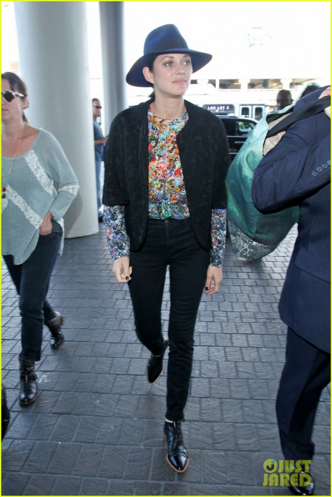 marion-cotillard-colorful-style-lax-airport-01
